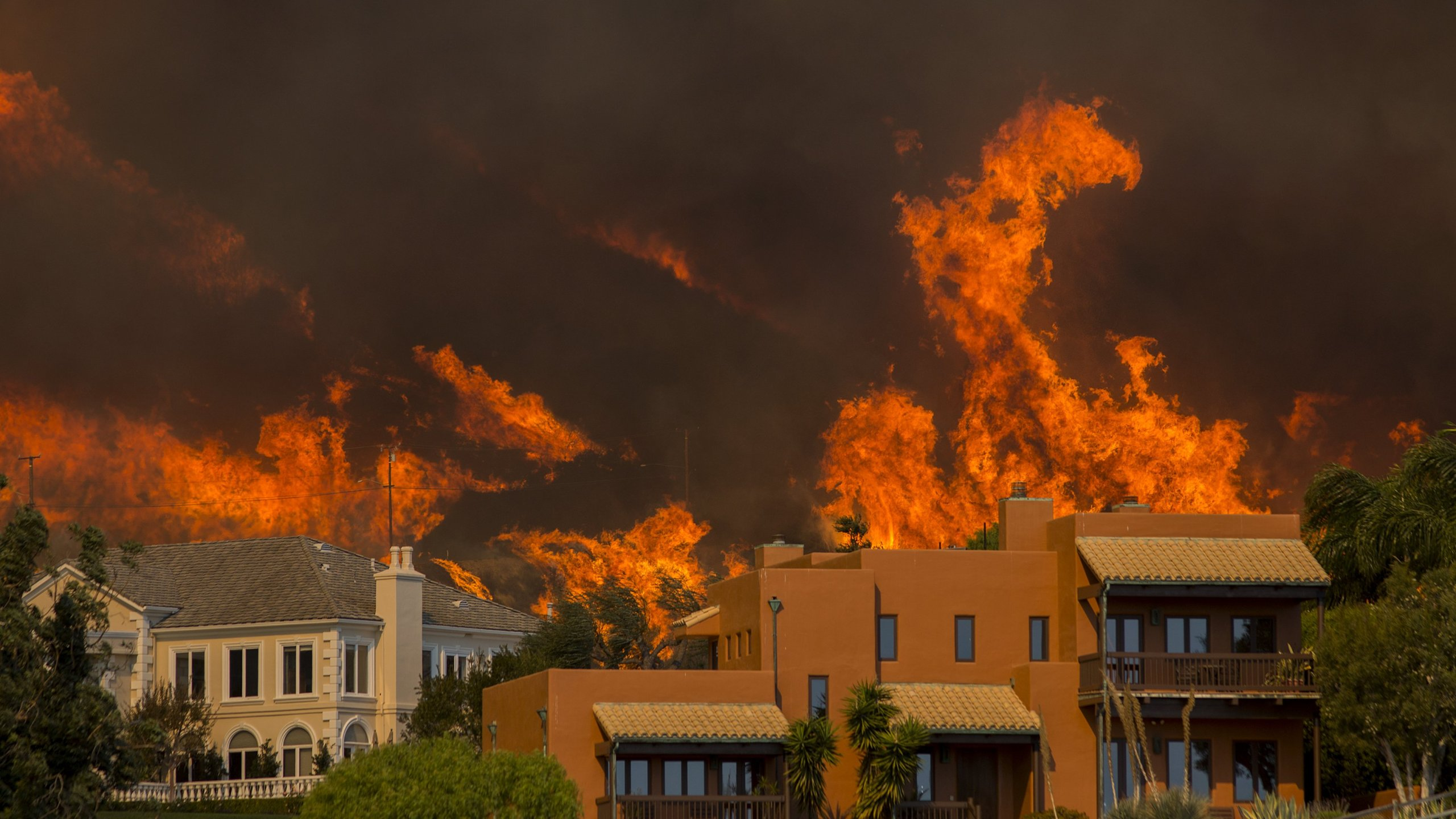 The Woolsey Fire approaches homes in Malibu on Nov. 9, 2018. (Credit: David McNew / Getty Images)