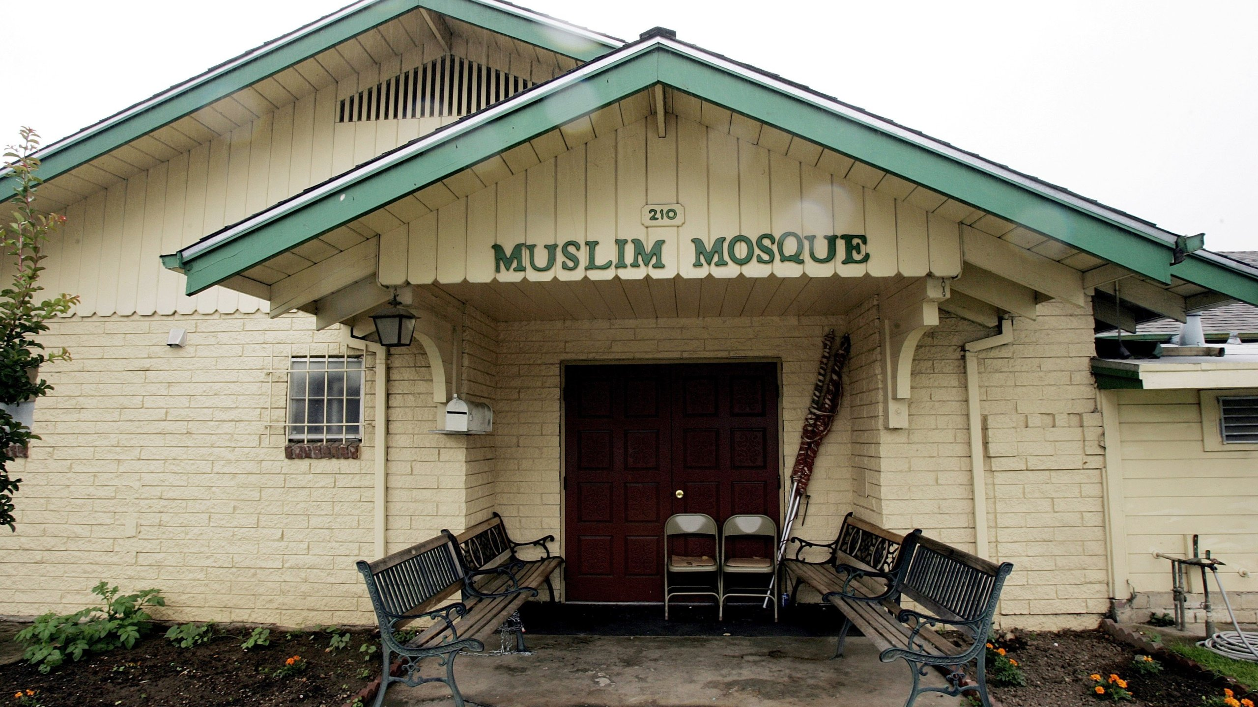 The mosque in Lodi where FBI agents arrested Hamid Hayat is seen on June 8, 2005. (Credit: David Paul Morris / Getty Images)