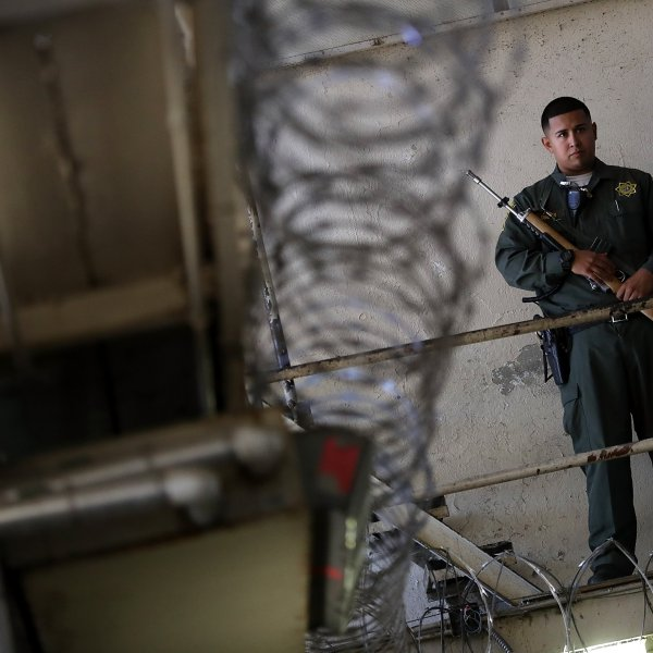An armed California corrections officer stands guard at San Quentin State Prison's death row on Aug. 15, 2016. (Credit: Justin Sullivan / Getty Images)