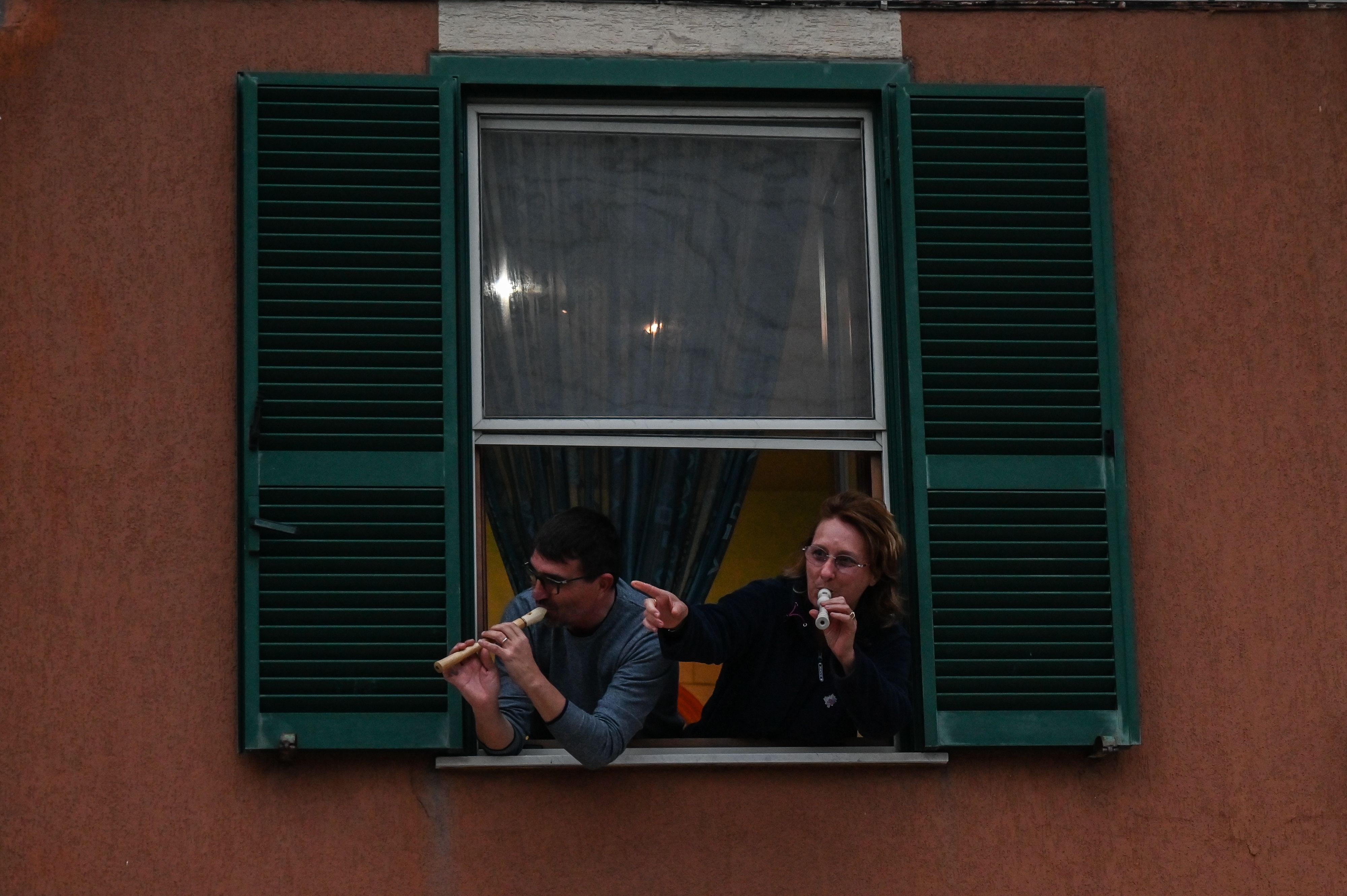 Confined To Homes Under National Lockdown Italian Neighbors Sing Together Out Windows To Boost Morale Ktla