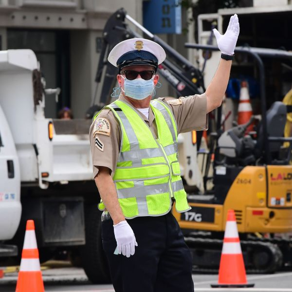 A Los Angeles traffic officer wear a mask as he directs traffic on March 24, 2020. (Frederic J. Brown/AFP via Getty Images)