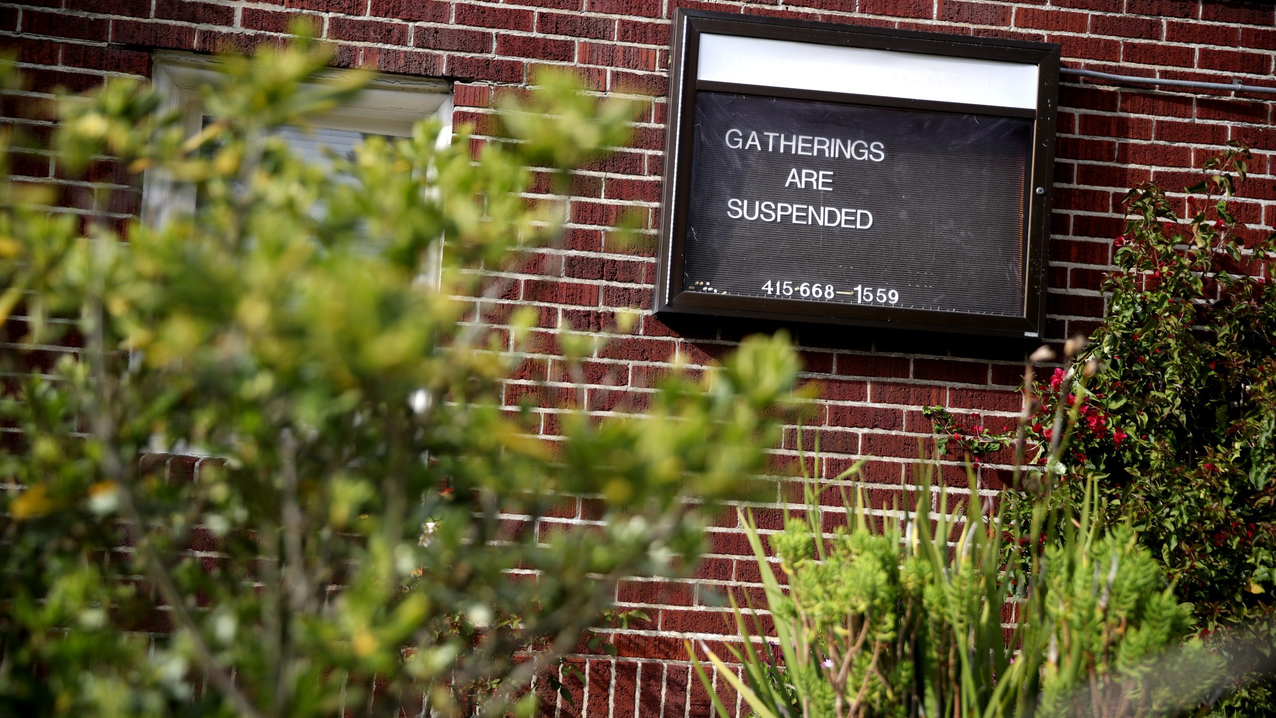A sign announcing that gatherings are suspended is posted in front of a church in San Francisco on March 17, 2020. (Credit: Justin Sullivan / Getty Images)