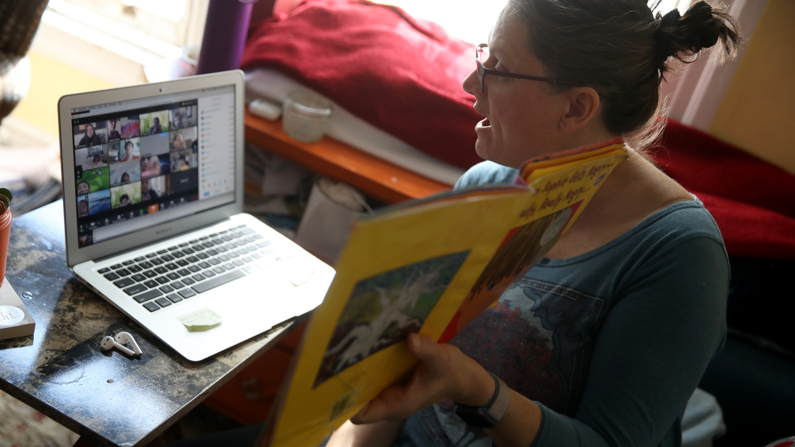 Leanne Francis, first grade teacher at Harvey Milk Civil Rights Academy, conducts an online class from her living room on March 20, 2020 in San Francisco, California. (Justin Sullivan/Getty Images)