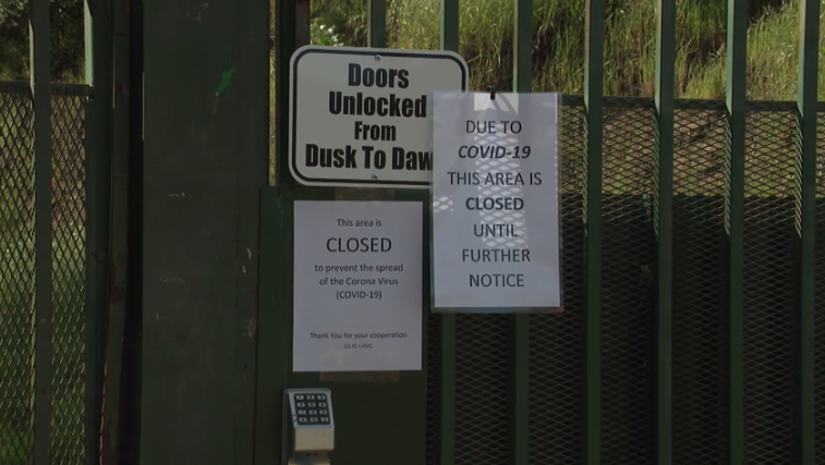 A sign announces the closure of Runyon Canyon Park on March 25, 2020. (KTLA)