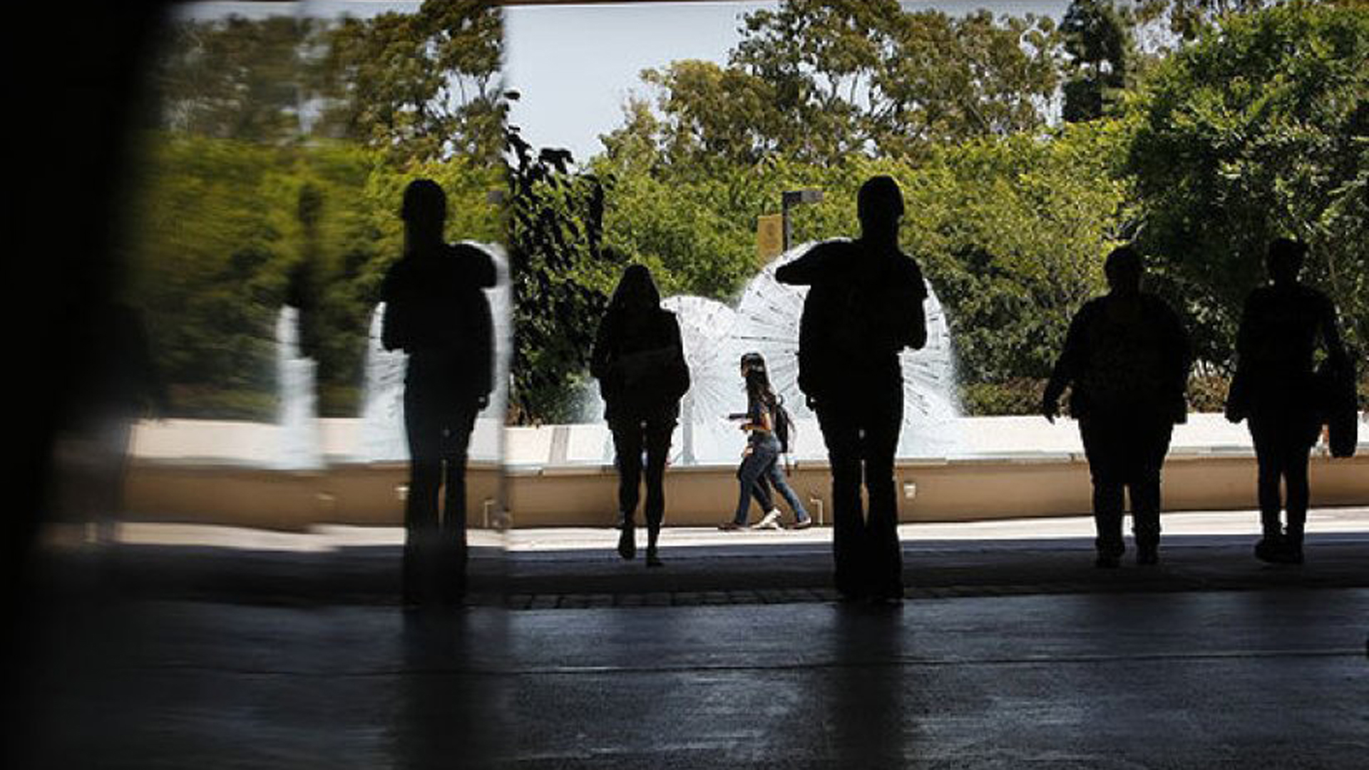 Students walk between Lough Memorial Fountain and Brotman Hall at Cal State Long Beach in this file photo. (Allen J. Schaben / Los Angeles Times)