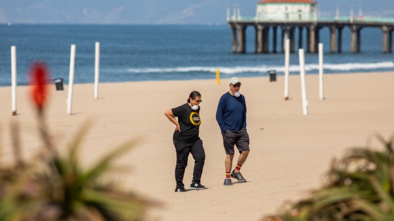 Surfers, swimmers should stay away from beaches during coronavirus pandemic, scientist says