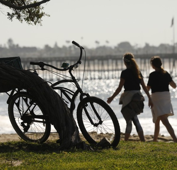 People walk along the ocean front at Surfers Point at Seaside Park in Ventura on April 15, 2020.(Al Seib / Los Angeles Times)