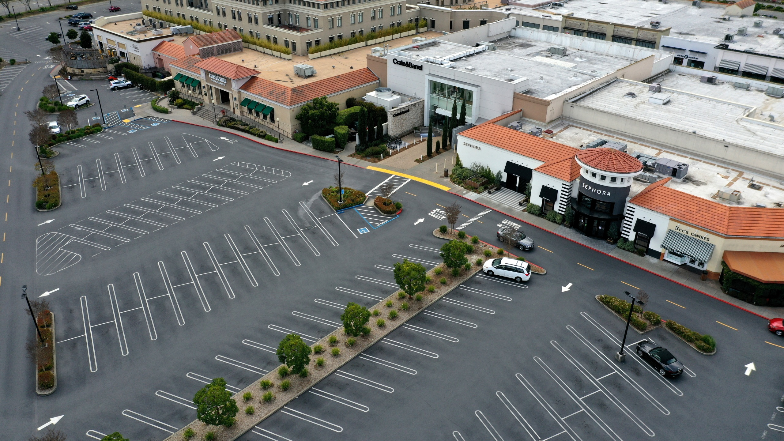 The parking lot at The Village at Corte Madera shopping mall is nearly empty on March 17, 2020, in Corte Madera, California. (Justin Sullivan/Getty Images)