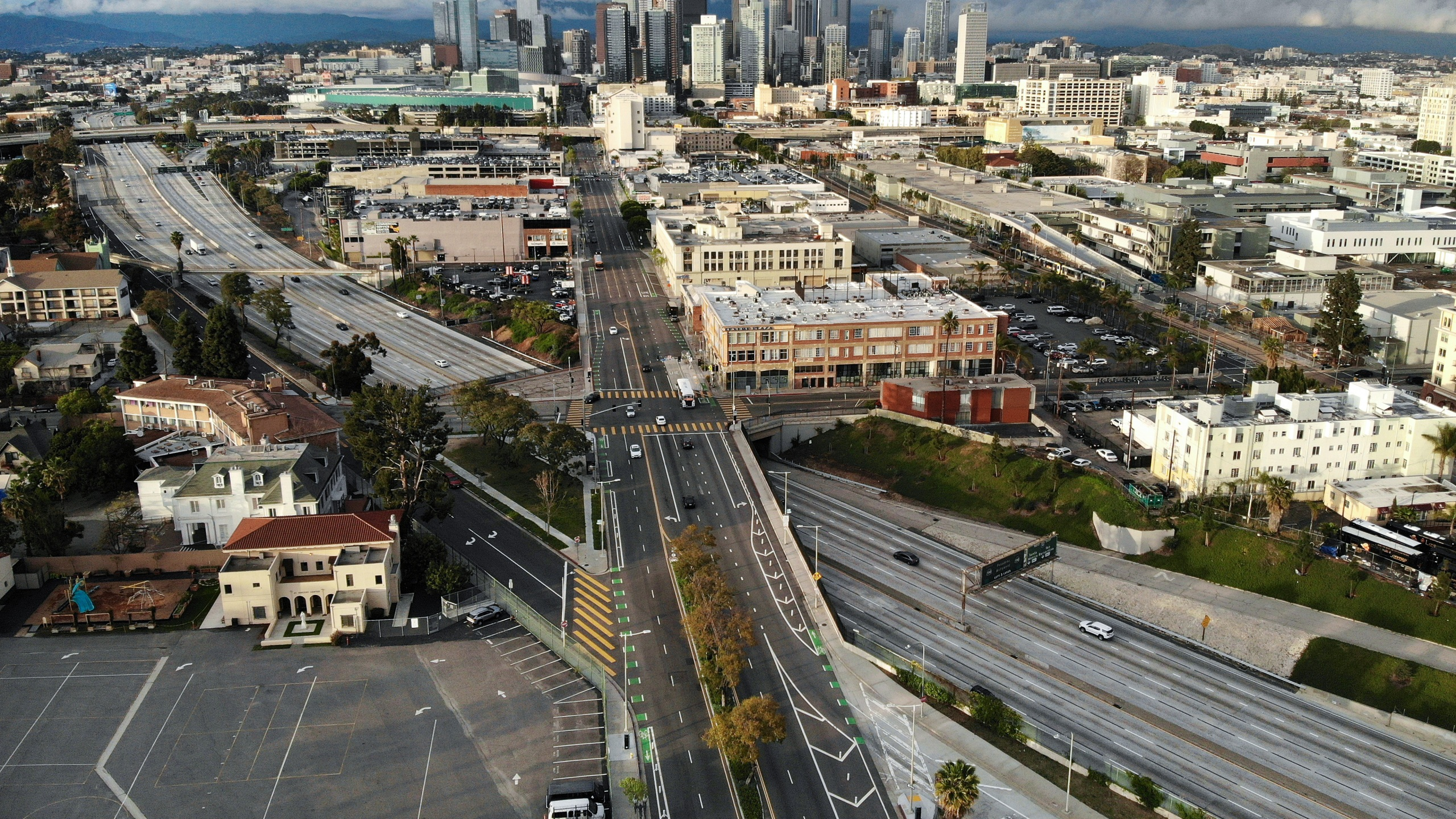 An aerial view of light traffic is light during the evening rush hour on South Figueroa Street and the 110 Freeway amid the coronavirus pandemic on April 6, 2020. (Mario Tama/Getty Images)