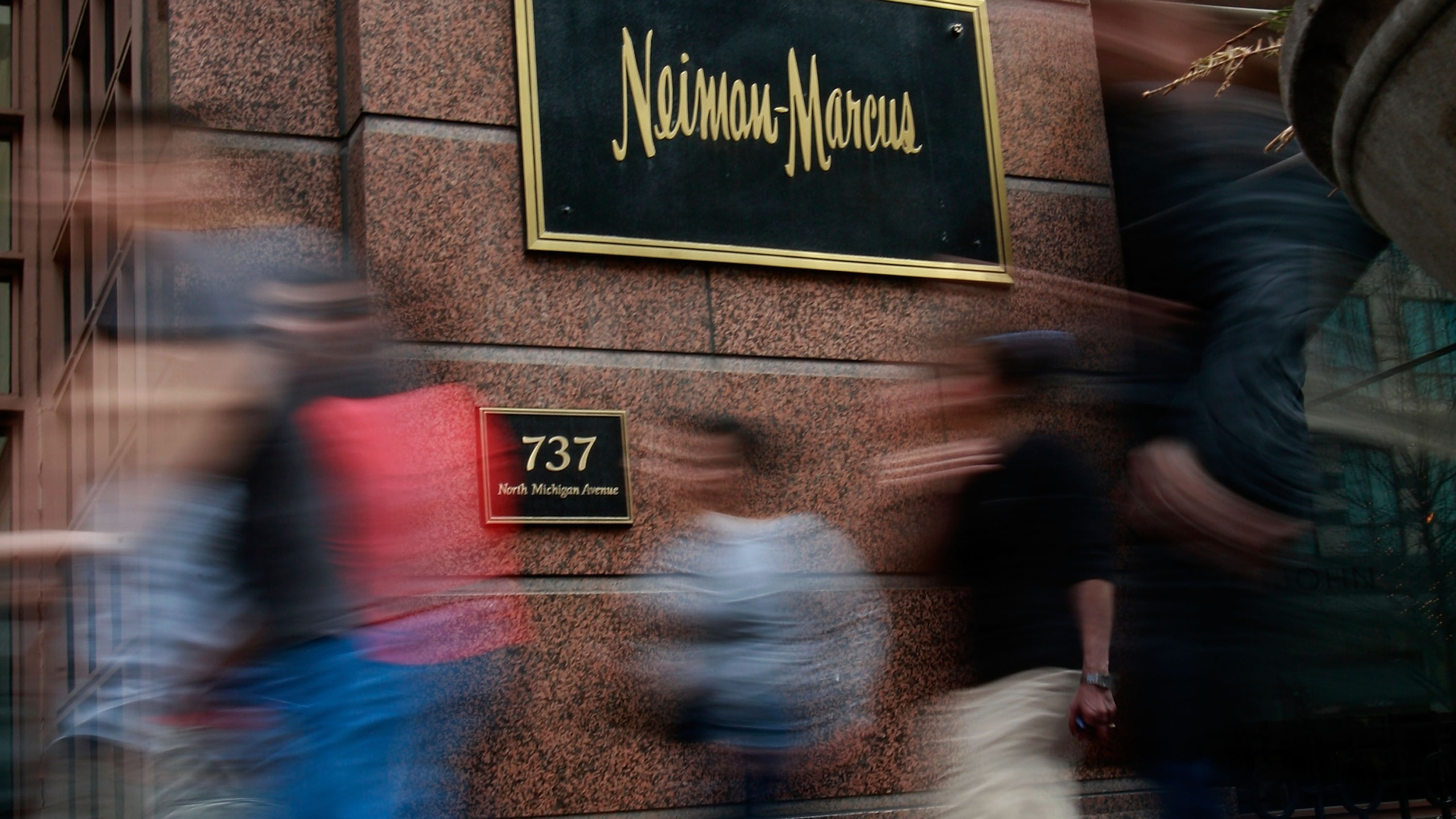 Pedestrians walk past a Neiman Marcus store on the Magnificent Mile March 5, 2009 in Chicago, Illinois. (Scott Olson/Getty Images)