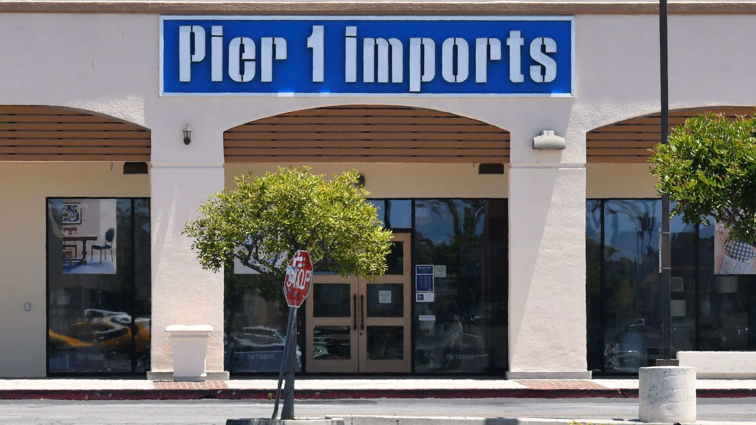A closed Pier 1 Imports store in Culver City, California, on May 20 2020. (CHRIS DELMAS/AFP via Getty Images)