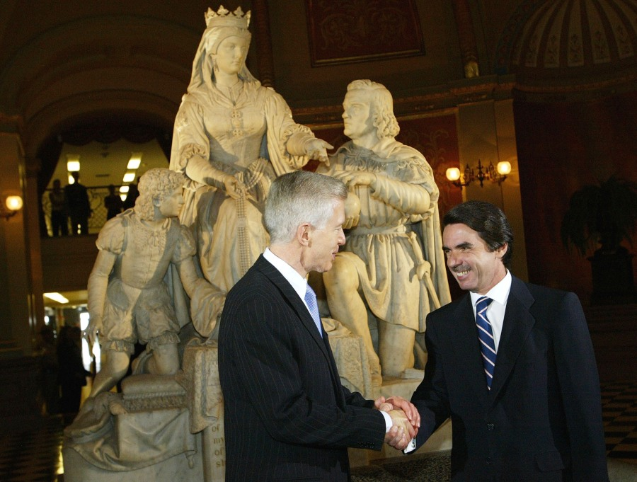 California Gov. Gray Davis, left, shakes hands with Spanish President Jose Maria Aznar Lopez in front of a statue of Queen Isabella and Christopher Columbus at the California State Capitol in Sacramento on July 10, 2003. (Justin Sullivan / Getty Images)