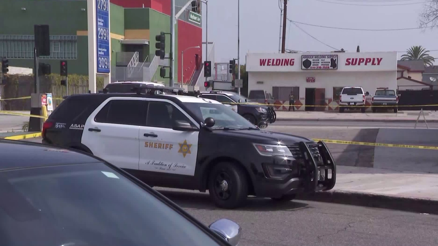 Los Angeles County Sheriff's Department officials respond to a fatal stabbing at an Arco station in Maywood on June 24, 2020. (KTLA)