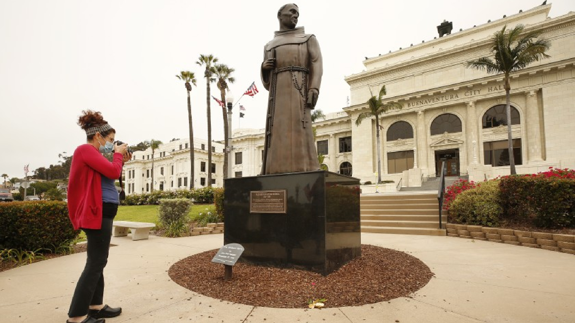 This statue of Father Junípero Serra in front of Ventura City Hall and other Serra statues will be removed.(Al Seib / Los Angeles Times)