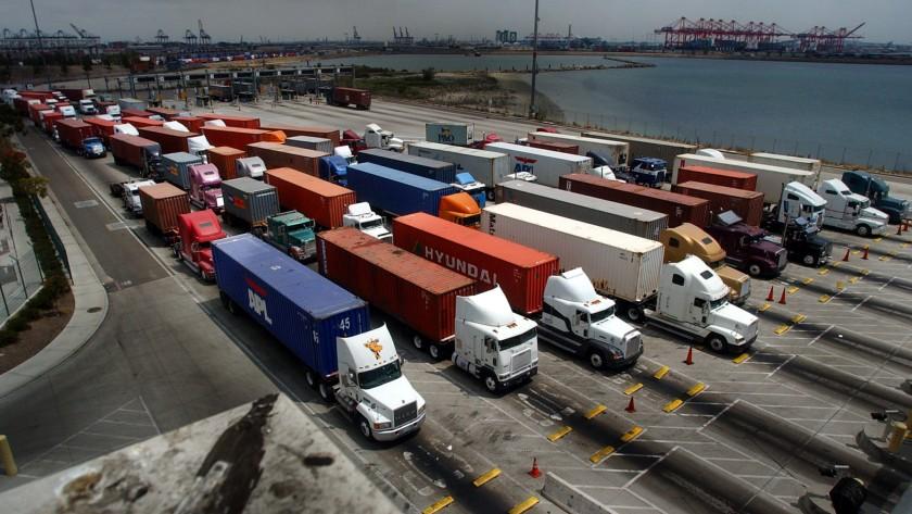 卡车司机在长滩港的一个码头入口处排队。(Beatrice de Gea/洛杉矶时报)(photo:KTLA)