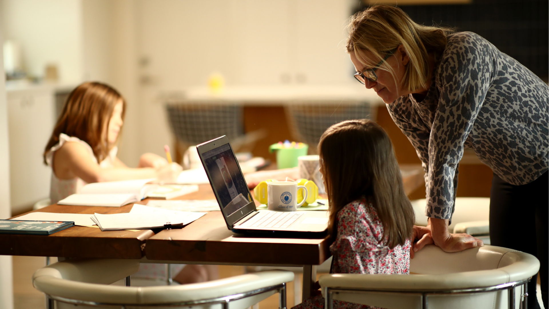 Daisley Kramer helps her kindergarten daughter, Meg, with schoolwork at home on March 18, 2020 in San Anselmo, California. (Ezra Shaw/Getty Images)