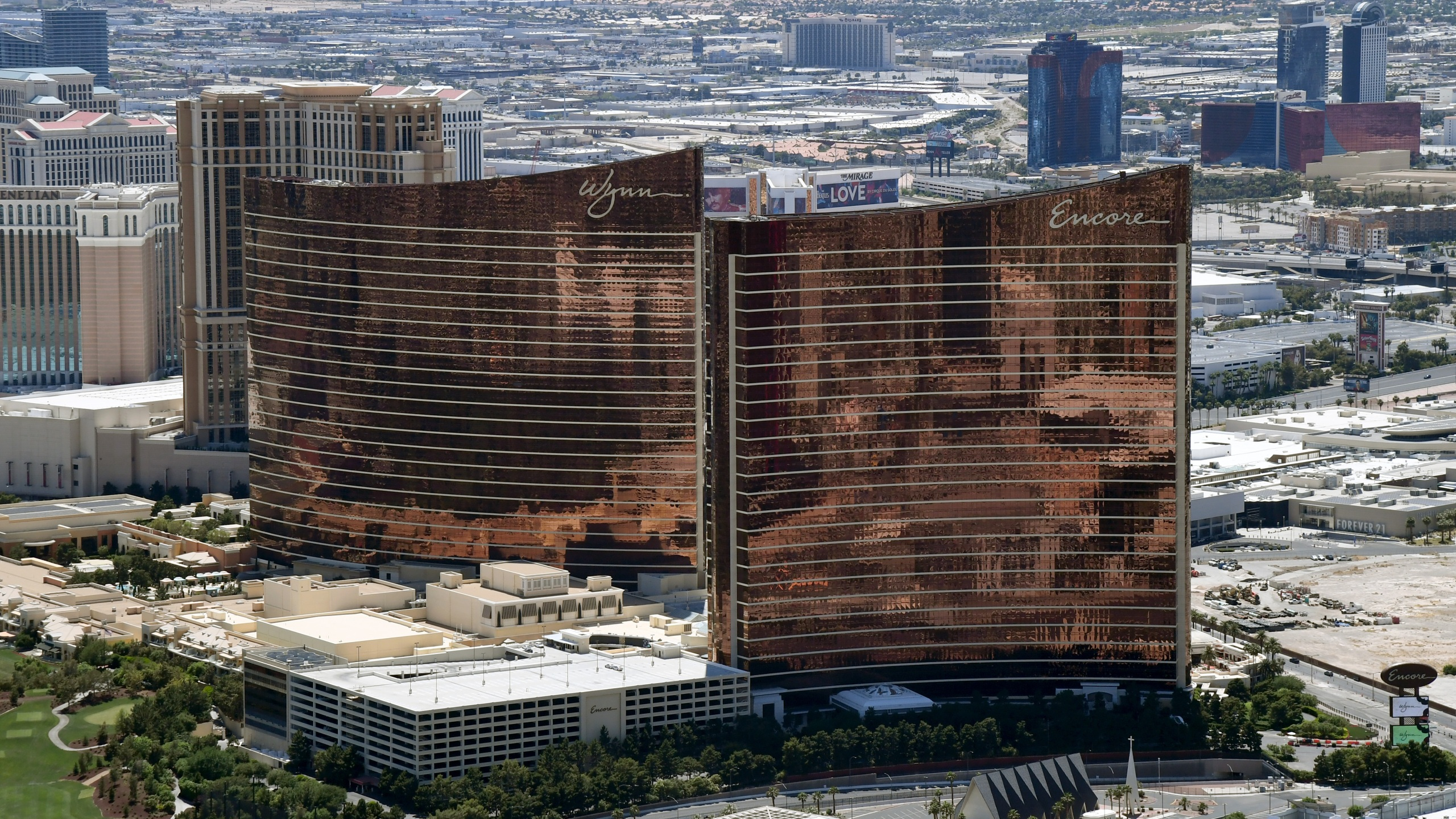 An aerial view shows Wynn Las Vegas (L) and Encore Las Vegas, both of which have been closed since March 17 in response to the coronavirus pandemic on May 21, 2020 in Las Vegas, Nevada. (Ethan Miller/Getty Images)