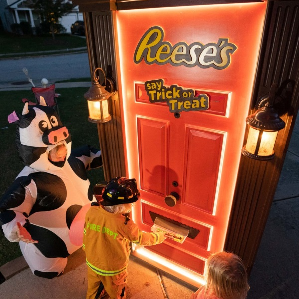 Reese's robotic Halloween door (Credit: PRNewsfoto/The Hershey Company)