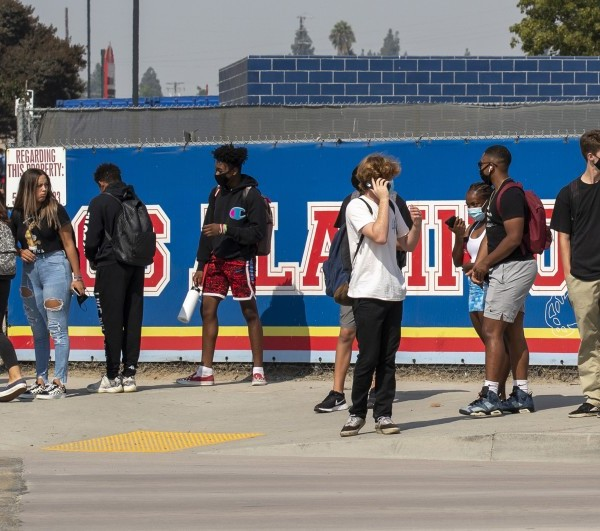 Students leave campus after a day of in-class learning at Los Alamitos High School in 2020. (Allen J. Schaben / Los Angeles Times)