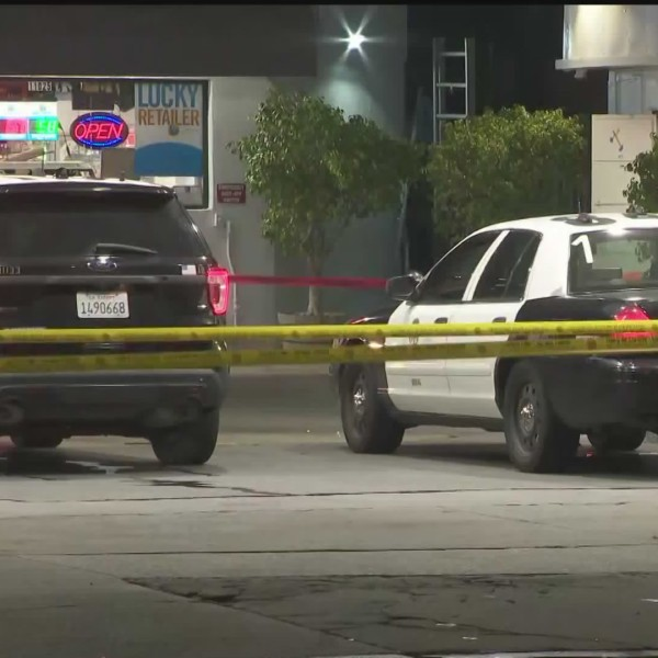 Police investigate a fatal shooting in South Los Angeles on Oct. 15, 2020. (Loudlabs)