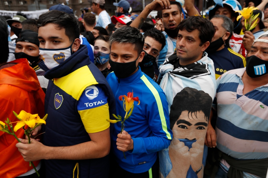 Soccer fans line up to see the casket with the body of Diego Maradona at the presidential palace in Buenos Aires on Nov. 26, 2020. (Natacha Pisarenko / Associated Press)