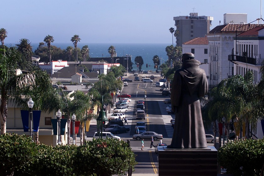 The Junipero Serra statue at Ventura City Hall, which activists denounced as being racist, is shown in an undated photo. (Al Seib/Los Angeles Times)