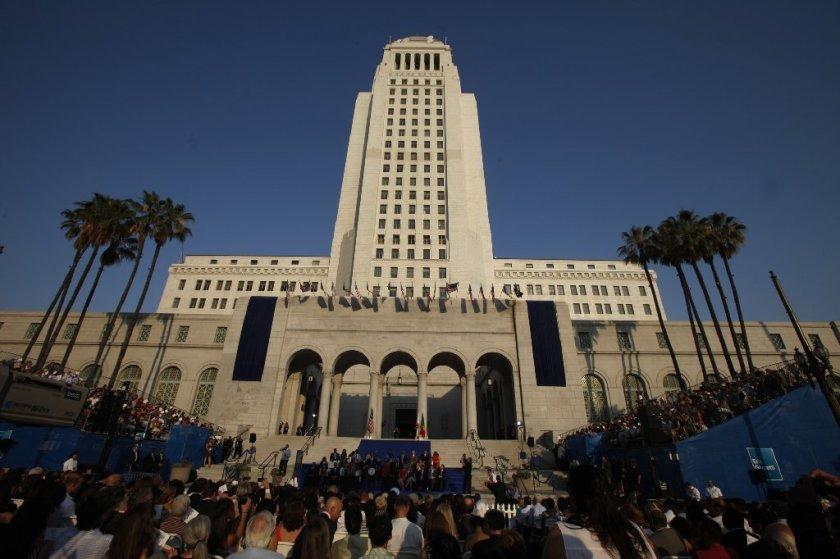联邦检察官一直在对房地产开发和市政厅进行广泛的腐败调查。(《洛杉矶时报》)(photo:KTLA)