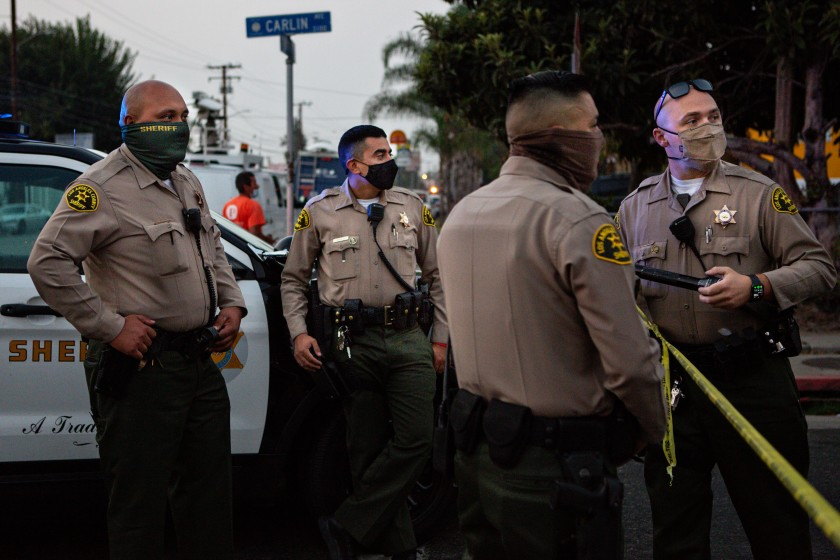 Los Angeles County sheriff's deputies are seen in Lynwood wearing masks in a Sept. 2020 photo.(Jason Armond / Los Angeles Times)