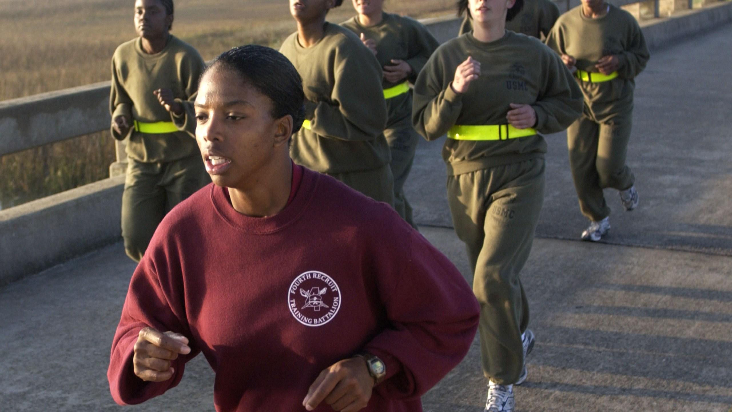 在这张档案照片中,2003年2月19日,美国海军陆战队操练教官苏布里娜-迪克森中士带领一小群女新兵在南卡罗来纳州帕里斯岛海军陆战队新兵仓库进行体能训练测试时,跑了三英里。(Stephen Morton/Getty Images)(photo:KTLA)