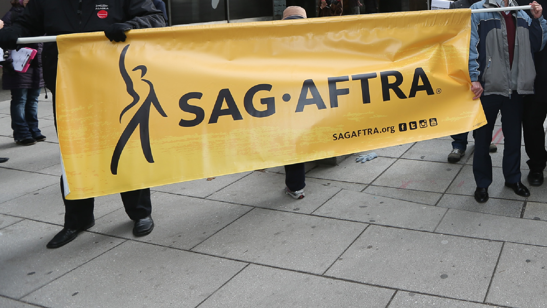 SAG-AFTRA members hold up a banner on Jan.12, 2016, in New York City. ( Rob Kim/Getty Images)
