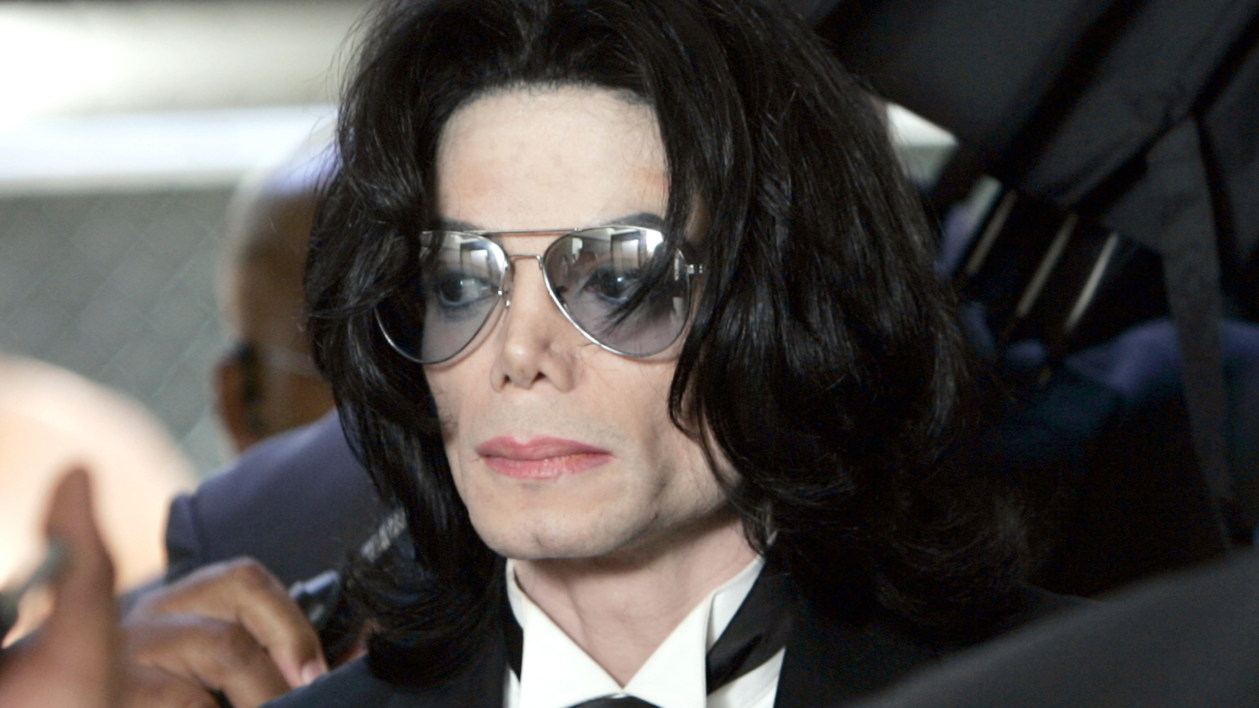 Michael Jackson prepares to enter the Santa Barbara County Superior Court in Santa Maria to hear the verdict read in his child molestation case on June 13, 2005. (Kevork Djansezian / Getty Images)