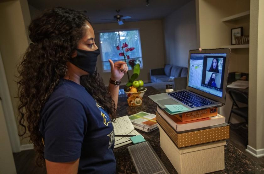 2020年,位于太阳谷的LAUSD特许学校的大学辅导员Cynthia Medrano在她位于伍德兰山的家中远程工作。和其他辅导员一样,Medrano调整了她在远程学习中与学生互动的方式,安排了数十次一对一的会议,并给学生发短信、发邮件和打电话,以确保他们填写大学申请。(Mel Melcon / Los Angeles Times)(photo:KTLA)