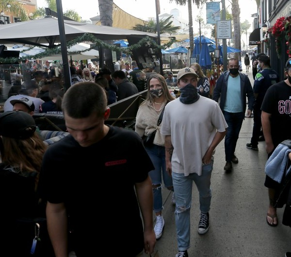 Shoppers and diners crowd Main Street in downtown Huntington Beach on Dec. 6, 2020. (Luis Sinco/ Los Angeles Times)