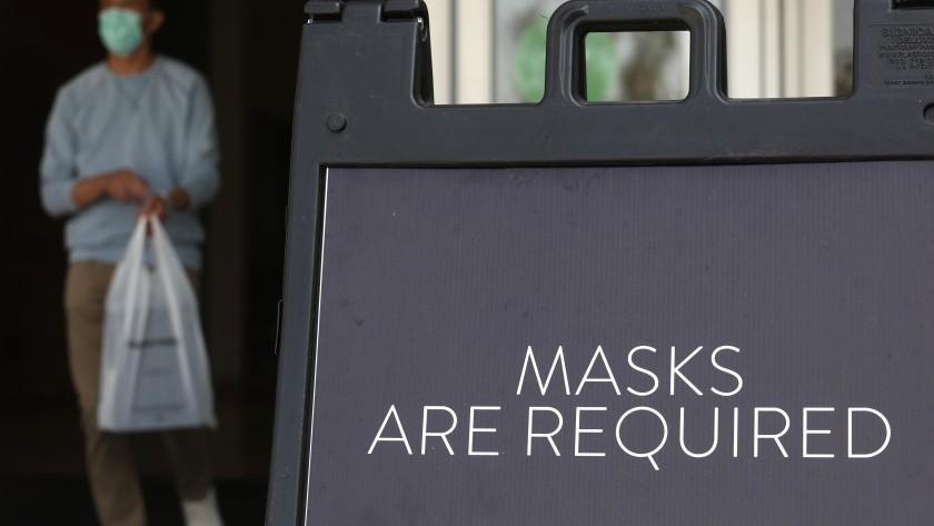 在一张档案照片中看到洛杉矶县提醒顾客戴口罩的标志。(Genaro Molina/洛杉矶时报)(photo:KTLA)
