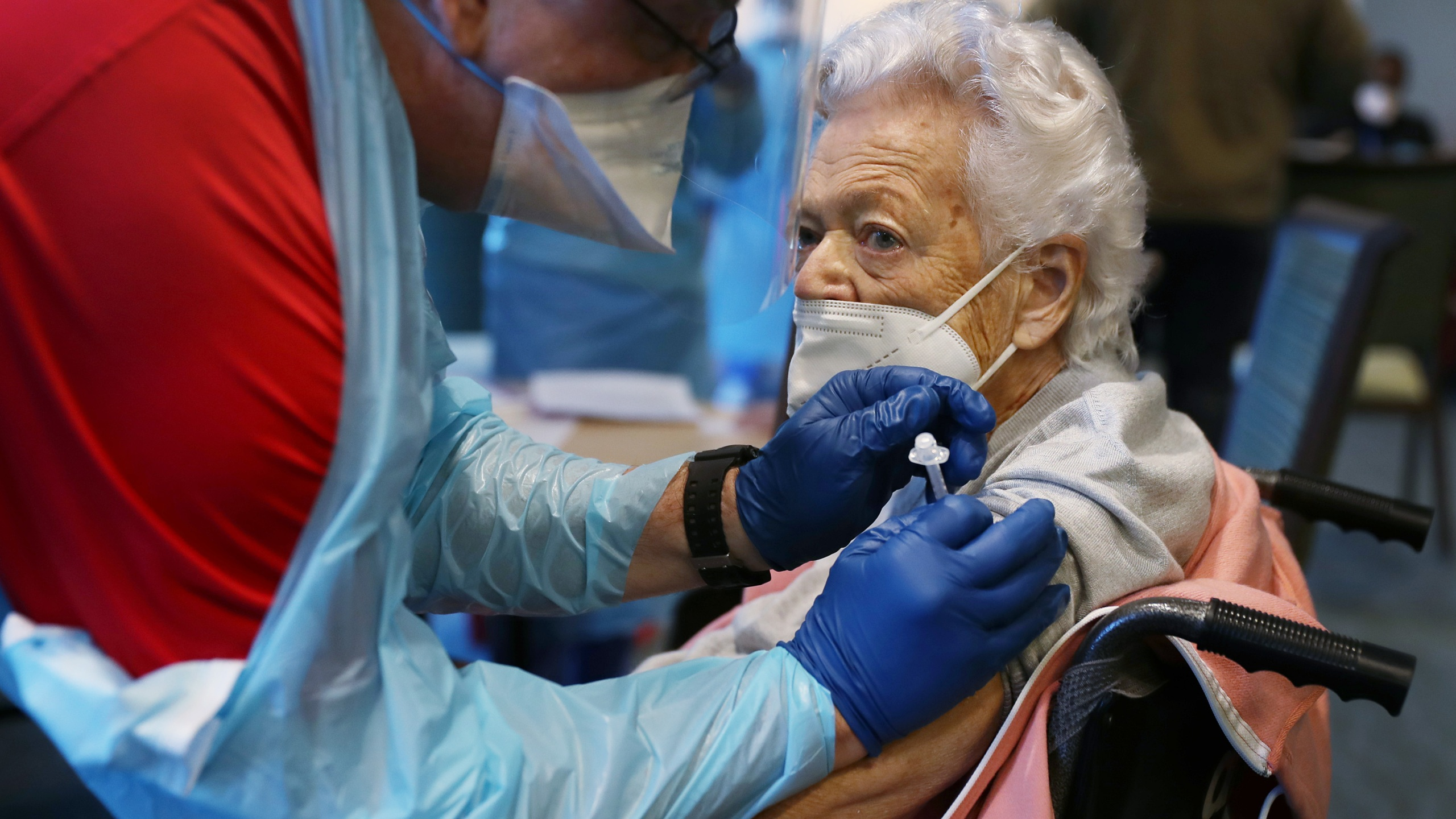 A healthcare worker working with the Florida Department of Health in Broward administers a Pfizer-BioNtech COVID-19 vaccine to Nancy Mathews, 90, at the John Knox Village Continuing Care Retirement Community on Jan. 6, 2021 in Pompano Beach, Florida. (Raedle/Getty Images)