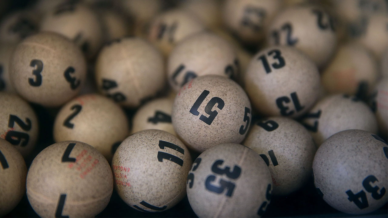 Lottery balls are seen in a box at Kavanagh Liquors on January 13, 2016 in San Lorenzo. (Justin Sullivan/Getty Images)