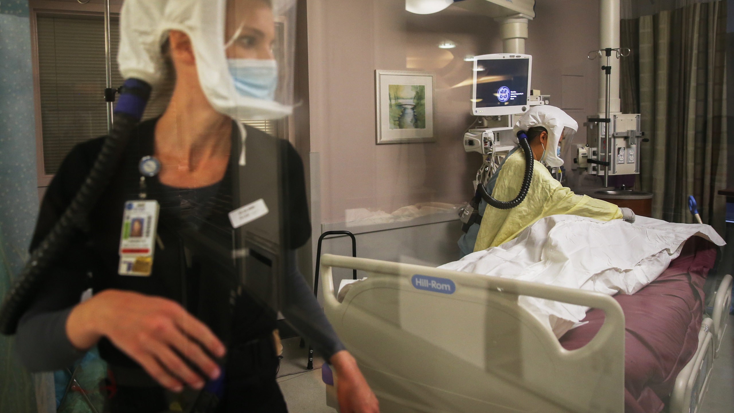 Registered nurses Lindsey Ryan (L) and Carrie Tang provide post-mortem care to a deceased COVID-19 patient in the Intensive Care Unit at Sharp Grossmont Hospital on December 14, 2020 in La Mesa, California. (Photo by Mario Tama/Getty Images)