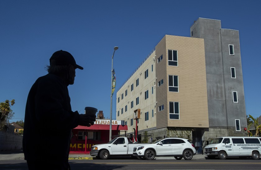 一张未注明日期的照片显示了RMG Housing在洛杉矶Vernon Ave.的一个已完成的项目,该公司是一家私人公司,正在为无家可归者建造永久性支持性住房,没有政府补贴。这座建筑将提供21个单位。(Mel Melcon / Los Angeles Times)。(photo:KTLA)