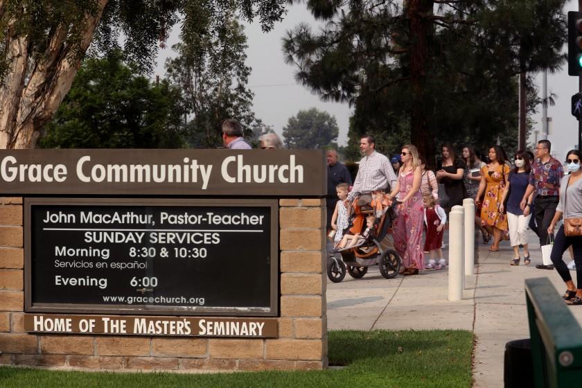 9月,恩典社区教会的信徒在太阳谷参加主日崇拜。自7月下旬以来,该教堂不顾洛杉矶县的公共卫生命令,举行了室内晨祷。(Genaro Molina / Los Angeles Times)(photo:KTLA)