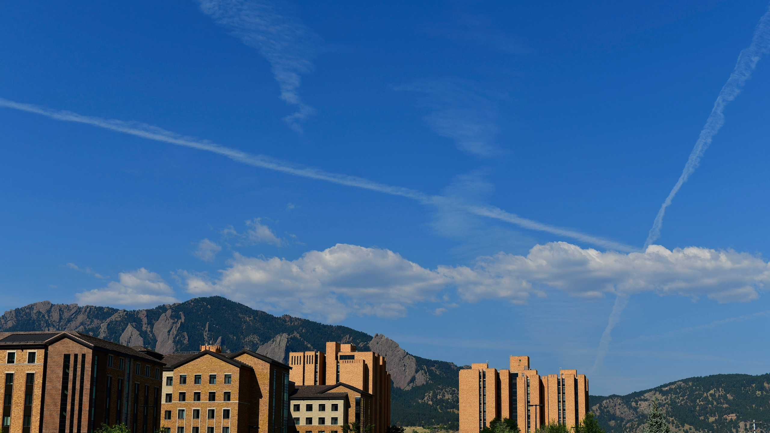 Cloud striations form above Williams Village East dormitory at University of Colorado Boulder while incoming freshmen move in on August 18, 2020 in Boulder, Colorado. (Mark Makela/Getty Images)