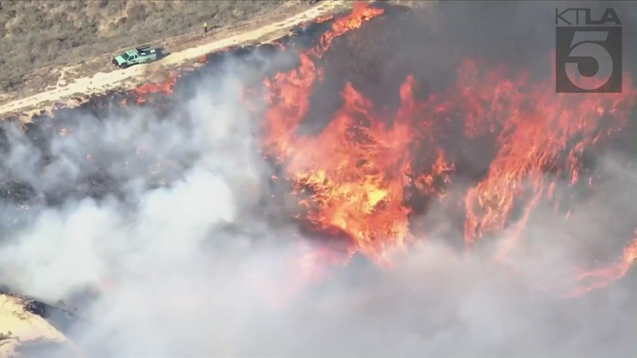 North Fire: Evacuation orders issued in 650-acre brush fire at 0% containment in Castaic - KTLA Los Angeles