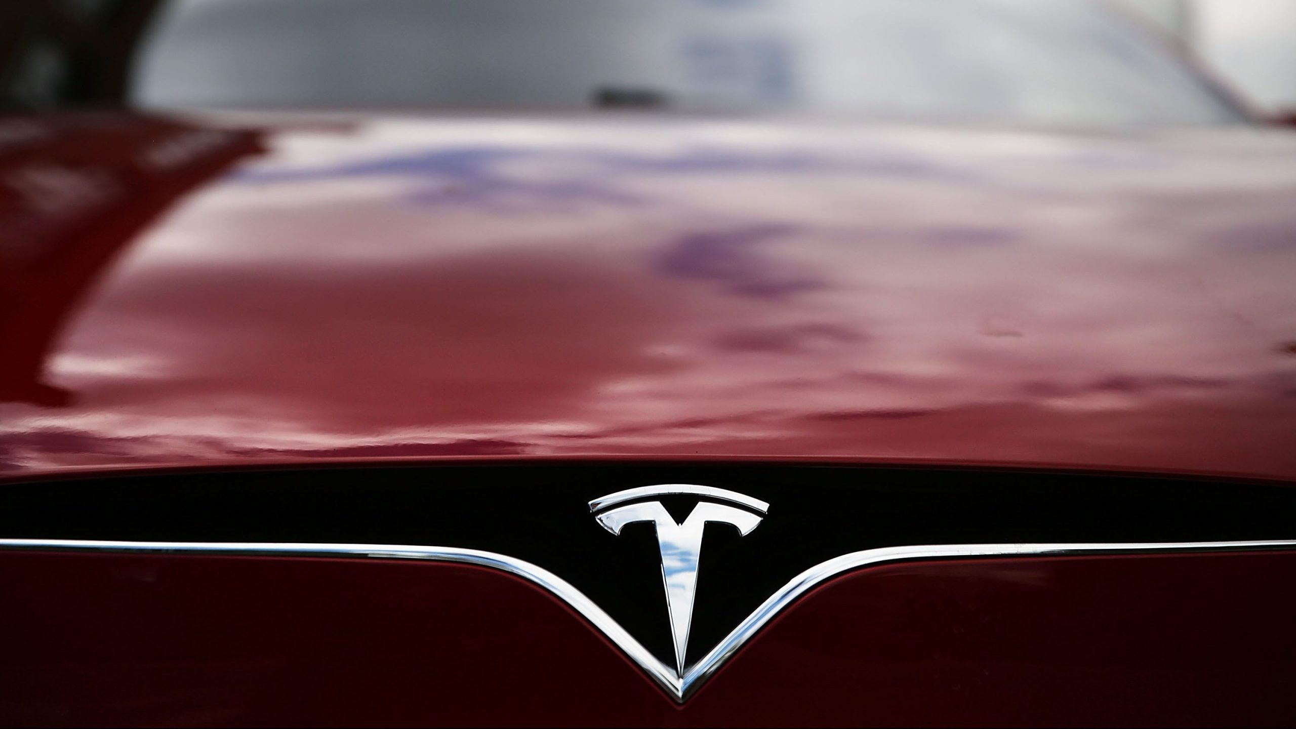 A Tesla model S sits parked outside of a new Tesla showroom and service center in Red Hook, Brooklyn, on July 5, 2016. (Spencer Platt / Getty Images)