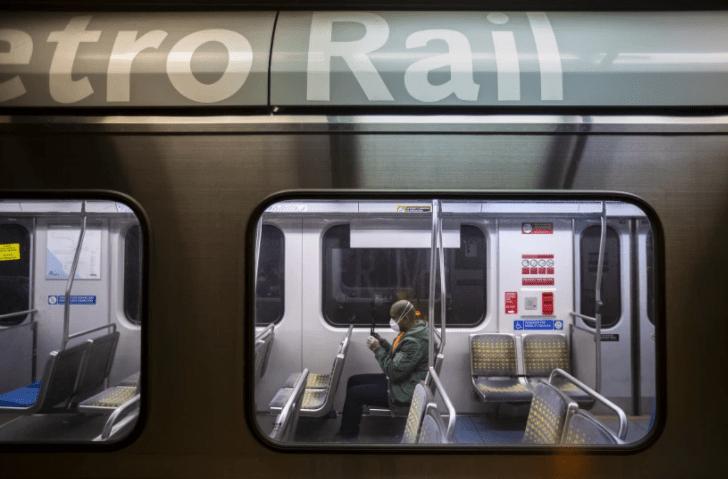 去年,在洛杉矶第七和地铁站,一名男子坐在地铁蓝线几乎空无一人的车厢里。(Brian van der Brug / Los Angeles Times)(photo:KTLA)
