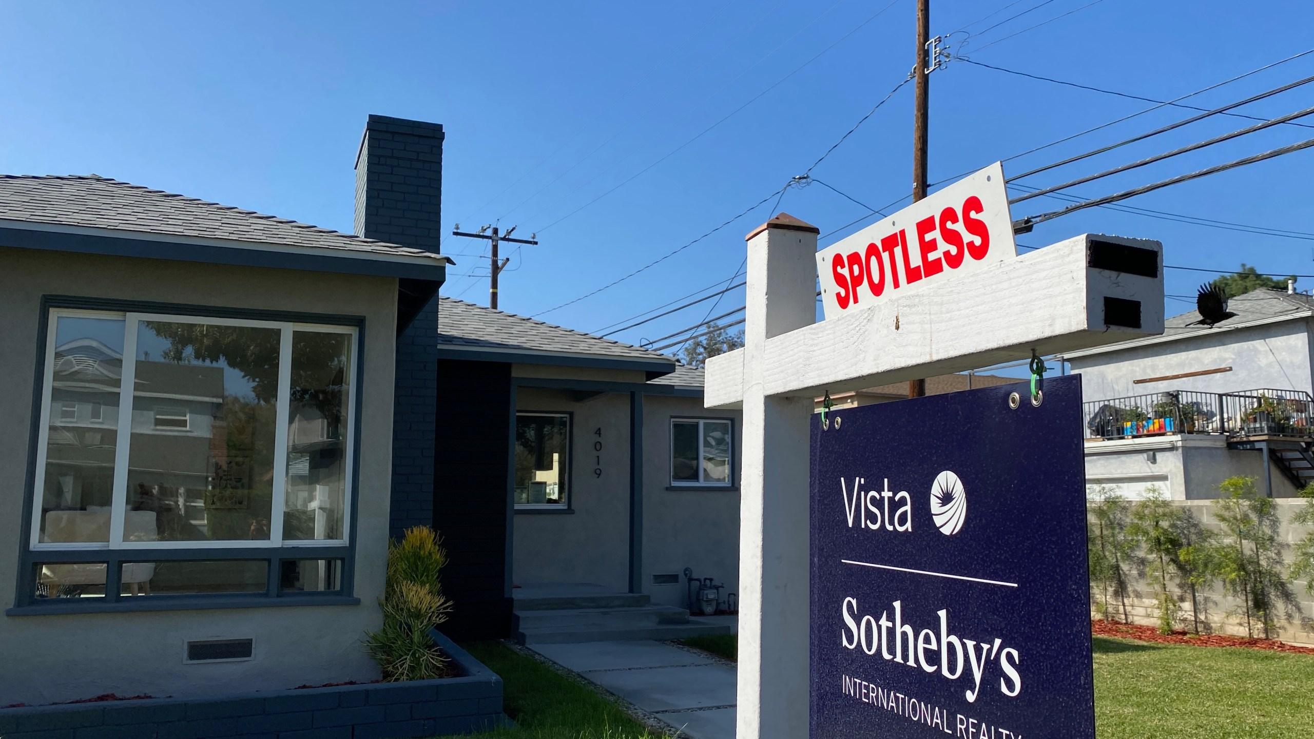 在这张资料照片中,在西洛杉矶的一所待售房屋前看到了一个房地产标志。(CHRIS DELMAS/AFP via Getty Images)(photo:KTLA)