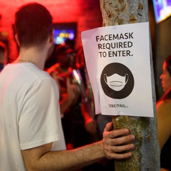 A face mask sign is displayed outside the Trunks bar on July 18, 2021 in West Hollywood. (PATRICK T. FALLON/AFP via Getty Images)