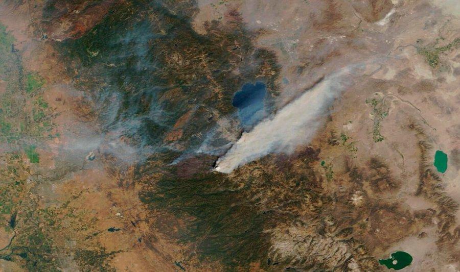 Caldor Fire approaches Lake Tahoe following resort city's mass evacuation