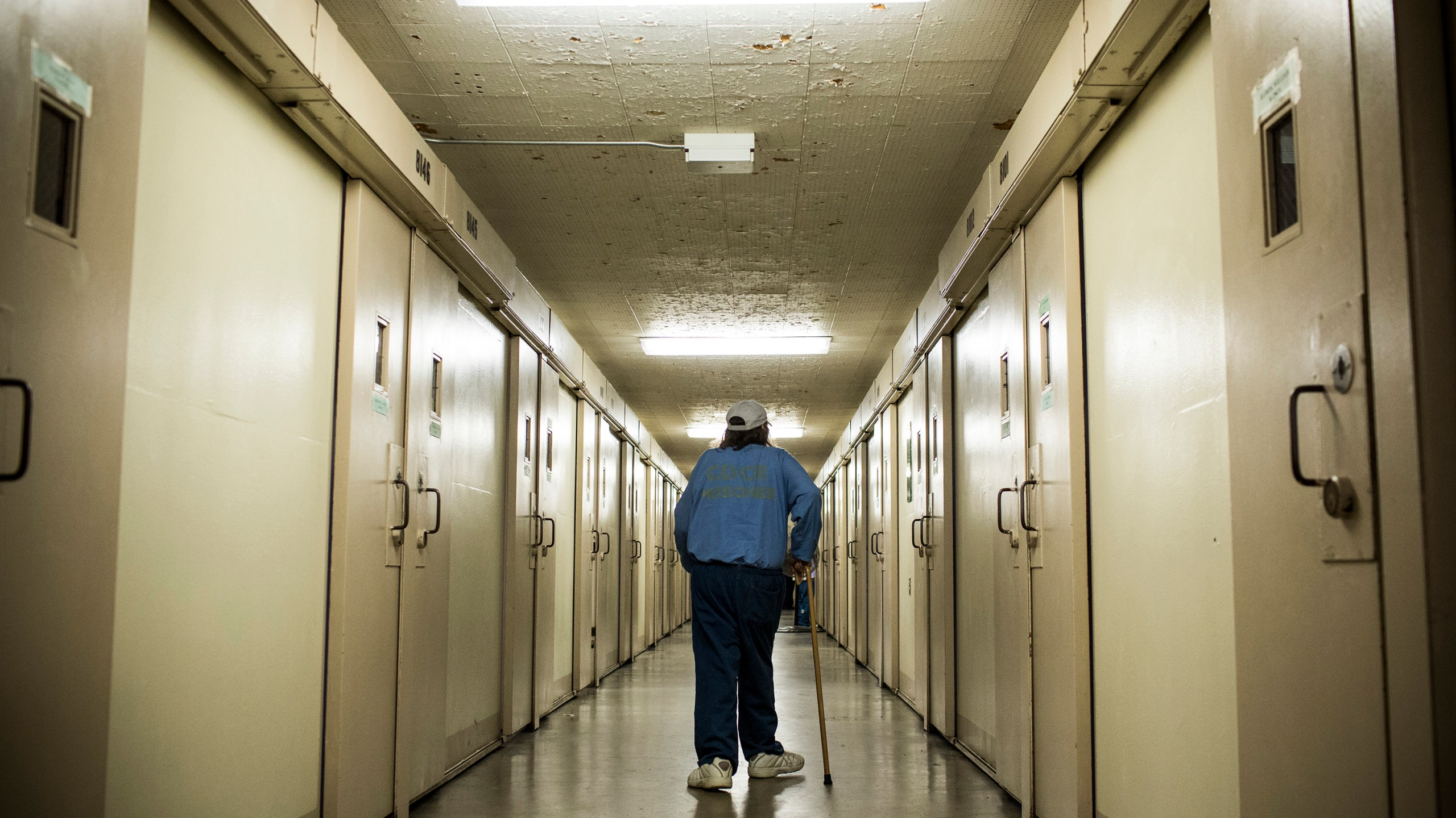 Frank Fuller, age 66, walks back to his prison cell after taking medication at California Men's Colony prison on Dec. 19, 2013, in San Luis Obispo, California. (Andrew Burton/Getty Images)