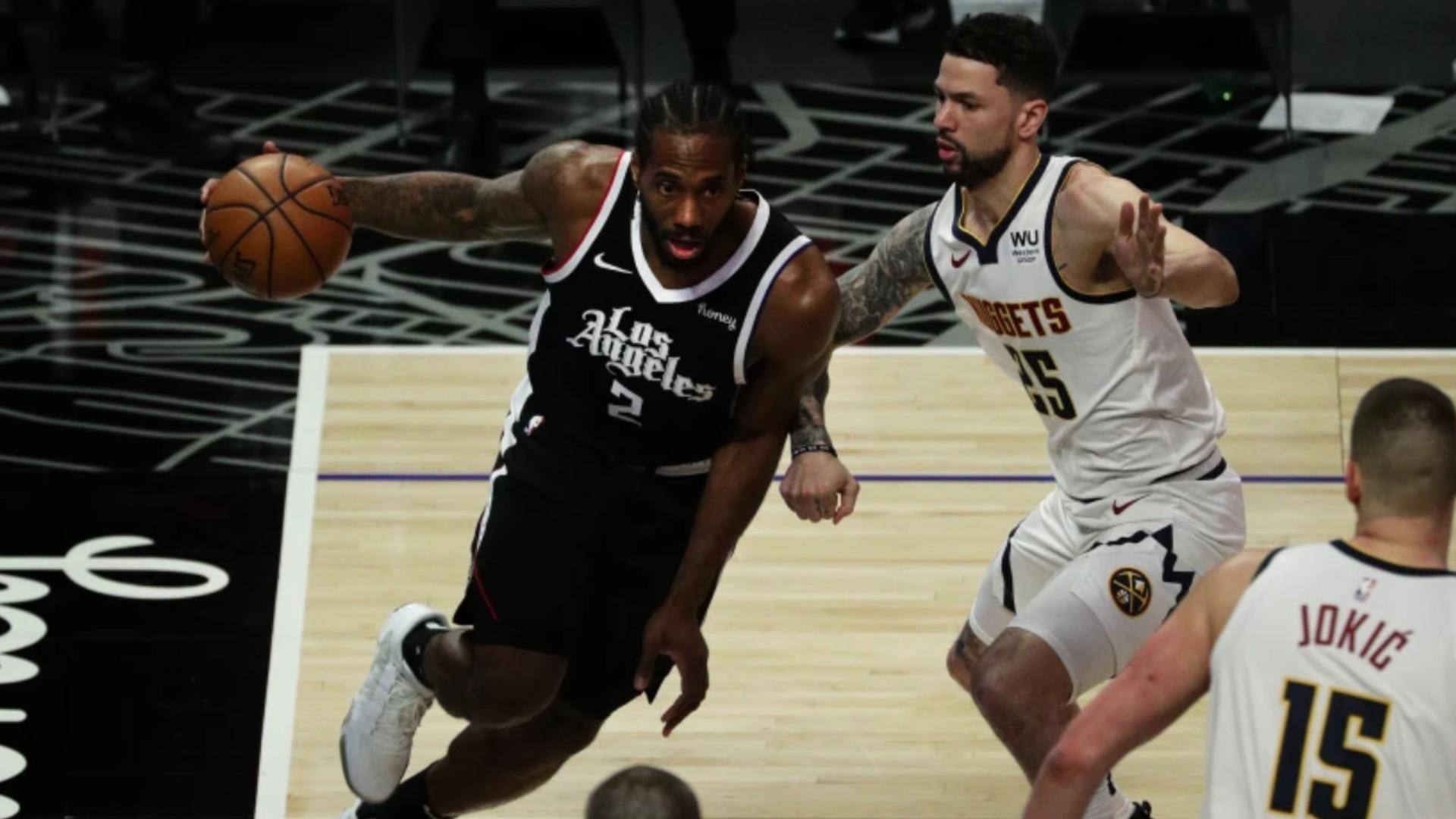 Clippers forward Kawhi Leonard drives the baseline against Utah.(Gina Ferazzi/Los Angeles Times)