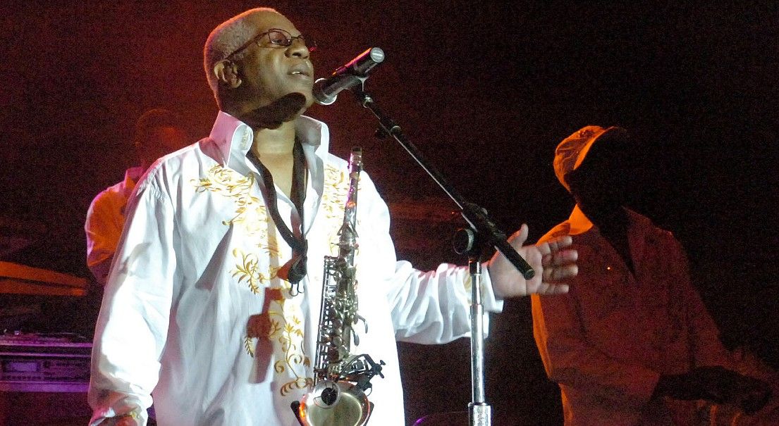 """In this Aug. 3, 2008 file photo, Dennis Thomas performs with the band """"Kool and the Gang"""" in concert in Bethlehem, Pa. Dennis """"Dee Tee"""" Thomas, a founding member of the long-running soul-funk band Kool & the Gang, has died. (Joe Gill/The Express-Times via AP)"""