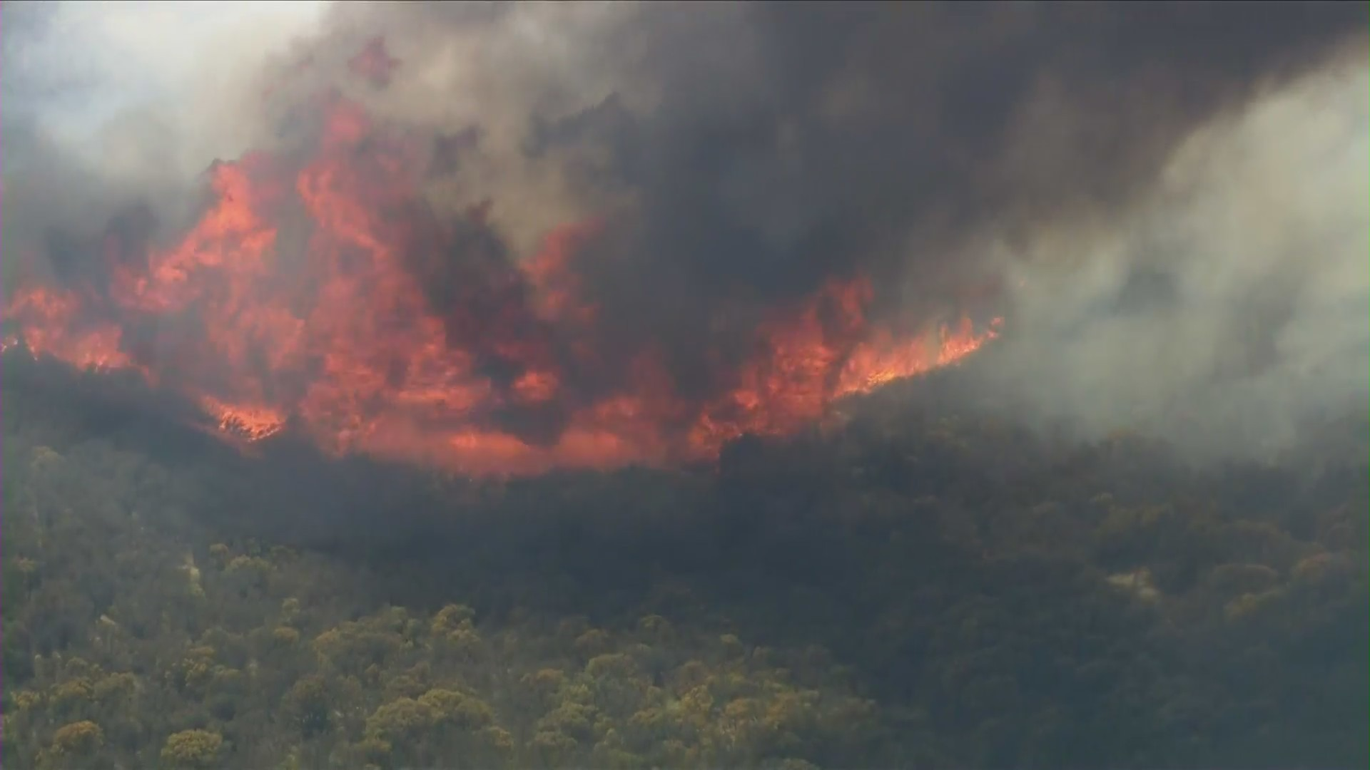 The Emigrant burned out of control near Lake Pyramid on Sept. 17, 2021. (KTLA)